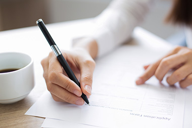 Frau schreibt Bewerbung